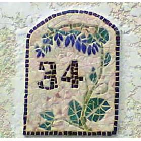 Exemple de mosaïque Numéro de maison motif fleur réalisé en marbre et Emaux de Briare Harmonie