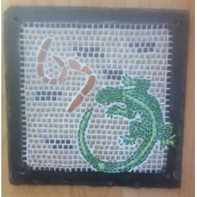 Exemple de mosaïque Numéro de maison motif lézard en micro-porcelaine et en Emaux de Briare réalisé sur un support ardoise