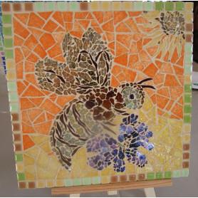 Exemple de tableau en mosaïque au motif abeille décoré avec de la Crackle, des Emaux de Briare Harmonie et de la Mini-Porcelaine