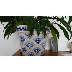 Pot en terre décoré de mosaïque en Emaux de Briare bleus et blancs