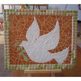 Exemple de tableau en mosaïque décoré en mini-porcelaine et Emaux de Briare Harmonie représentant une colombe de la paix