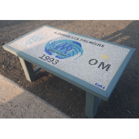 Exemple de Table en mosaïque décorée avec des Emaux de Briare et de béton texturé aux couleurs de l'Olympique de Marseille