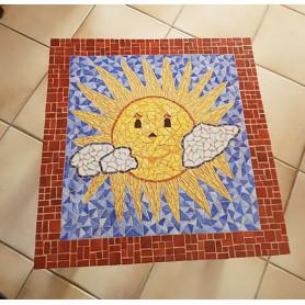 Exemple de Table en mosaïque décorée avec des Emaux de Briare Harmonie représentant un soleil