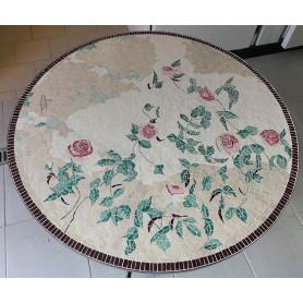 Exemple de Table en mosaïque décorée avec des roses réalisées en Emaux de Briare Harmonie gros plan sur le plateau