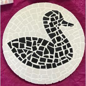 Exemple de support rond en mosaïque décoré avec des Emaux de Briare Harmonie avec un motif canard