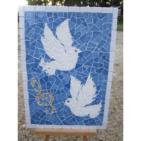 Exemple de tableau en mosaïque décoré avec des Emaux de Briare et de la crackle représentant 2 colombes et une note de musique