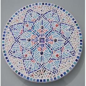 Exemple de tableau en mosaïque décoré avec un motif mandala réalisé avec un mélange de mosaïques