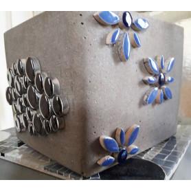 Exemple de cache pot en mosaïque réalisé avec des pastilles et des pétales en céramique de couleur argenté et bleu
