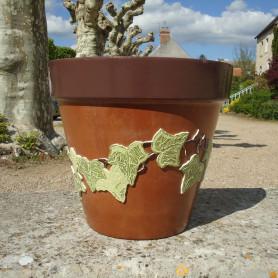 Exemple de pot en terre en mosaïque décoré avec des feuilles réalisées en Emaux de Briare MARJOLAINE, ORTIE et CACAO