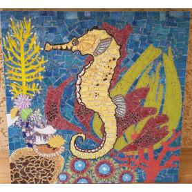 Exemple de mosaïque Tableau Hippocampe décoré en Emaux de Briare Harmonie et Mazurka et avec des tiges de verre