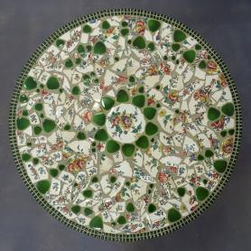 Exemple de table en mosaïque vaisselle cassée, galets japonais et mini-porcelaine