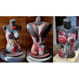 Exemple de mosaïques supports bustes femme décorés avec des Emaux de Briare et des céramiques pétales et gouttes d'eau