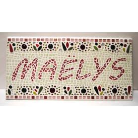 Exemple de mosaïque au prénom de Maëlys décorée avec de la céramique, des Emaux de Briare et du verre