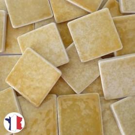 Emaux de Briare couleur CAMEL jaune paille brillants pour mosaïque 2,5 × 2,5 cm vendus par 100 g vue de face