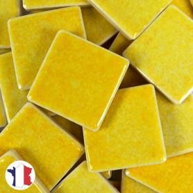 Emaux de Briare couleur GENÊT jaune soleil brillants pour mosaïque 2,5 × 2,5 cm vendus par 100 g vue de face